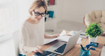 Freelancerin beim Nebenjob von zu Hause