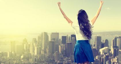 Studentin vor Skyline, Zimmer im Ausland