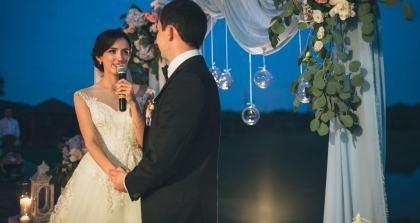 Braut hält Hochzeitsrede mit ihrem Bräutigam