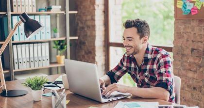 Job eines Autors: Arbeit am Laptop