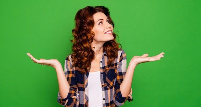 Eine Frau wägt ab: Heißt es dasselbe oder das Gleiche?