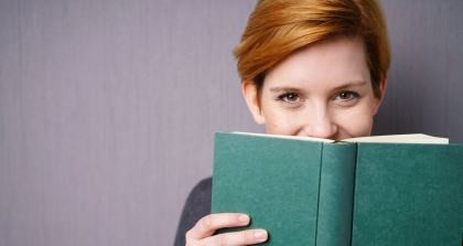 Eine Frau lacht über kuriose Fehler, die sich vermeiden lassen.