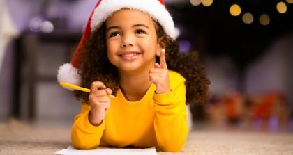 Ein Kind füllt den Wunschzettel mit Geschenkideen rund ums Schreiben.