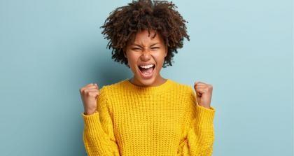 Eine Frau freut sich darüber, dass sie ihre Ziele für das neue Jahr umsetzen kann.