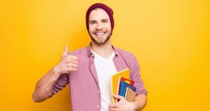 Ein junger Mann gibt einen Daumen hoch für die Veröffentlichung des eigenen Buches im Selbstverlag