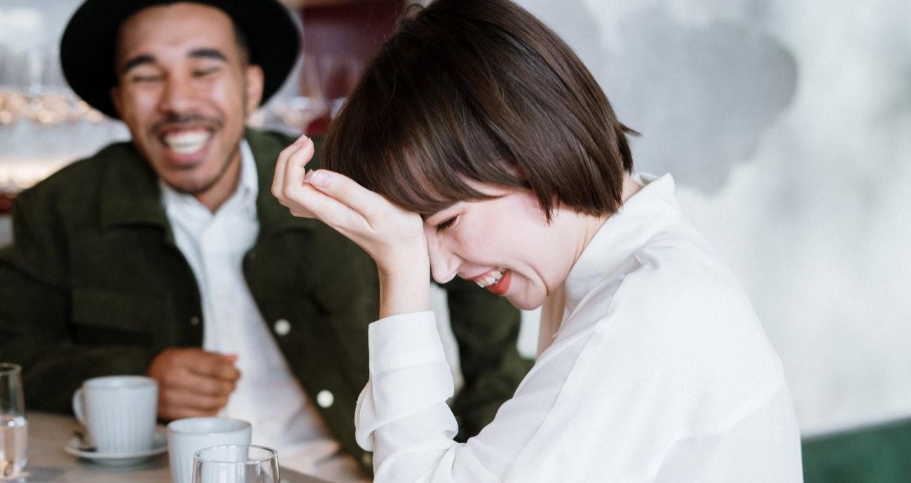 Frau und Mann unterhalten sich und lachen