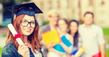 Studentin hält Bachelorabschluss