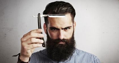 Student mit Bart und Rasiermesser