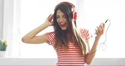 Studentin hört Musik